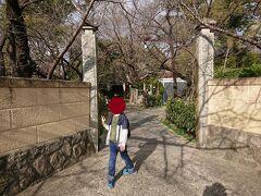 観音寺から約3.6キロ歩いて第20番札所龍台院に到着しました。山門はなくて、石柱の門となっています。