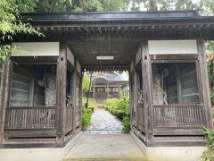 さて、米沢市内のスポットを巡っていきます。 まずは、江戸時代には上杉家の家臣となり、無遠慮で傍若無人な面もありながら、和歌を好むなど文化人でもあったといわれた前田慶次の供養塔がある「堂森善光寺」へ。 お寺そのものは、それよりもっと前の時代、1,200年前の平安時代初期に開基されたとのことで、相当に古いですね。