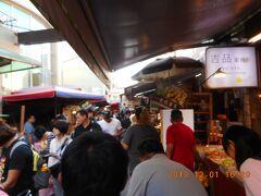 安平老街の細い通りの一コマです。狭い通りに人が多いです。