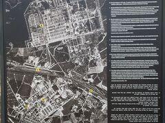 アウシュヴィッツ・ビルケナウ博物館 Miejsce Pamięci i Muzeum Auschwitz-Birkenau  航空写真。北が上を向いていない。 ここにあるアウシュビッツ収容所は、大きく2か所に分かれている。 左右に線路がみえるが、下が、建物が残っているアウシュビッツI、上にあるのが、アウシュビッツII(ビルケナウ)、今は、何もない平地になっています。