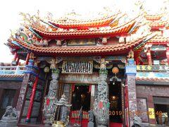 海頭社文龍殿から東に2分で十二宮社三霊殿に着きました。カラフルでかつ3層の派手な屋根です。