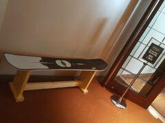朝食会場のメルト入口には従業員の方々のお手製のスノーボードベンチが置かれています。