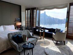 2021.2月、春節期間中のRosewood Hong Kong. この時期はコロナ対策で外食は2人までの為、家族3人では別テーブルになって しまう上に、飲食店は18時までの制限があり、晩餐、朝食ともにお部屋で 頂きました。 お部屋はさすがのSea View !