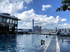 5月、Four Seasons香港。 香港のステイケーションの中でたどり着いたオキニのホテル。  我が家のクルーは3歳になりましたが、深いプールはしり込みをして横の 水たまりで遊ぶだけでした^^;