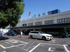 地元の駅から、上野東京ラインに乗り、品川駅で下車。この駅で降りるのは、久しぶりである。新幹線も停まる首都圏でも有数の大きな駅だが、高輪口の駅舎はかなり渋い。そんな駅舎の前に、『品川駅創業記念碑』が建っている。明治5年5月7日とあり、新橋・横浜間の開業日である9月12日より4ヶ月も早い。これは、品川・横浜間が先に暫定開業したためで、ある意味、日本で一番古い駅のひとつと言える。