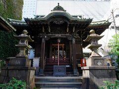 駅に隣接する京急の品川駅の向いに、高山稲荷神社がある。約500年前に京都の伏見稲荷から分霊を勧請した神社だそうだ。社殿の前にあった狛犬は、慶応元年に奉納されたものであった。江戸時代は、北側にある柘榴坂に面して急な石段が続いていたが、現在地へ遷座後は、旧東海道に面して建っている。この社で、旅の無事を祈願した。