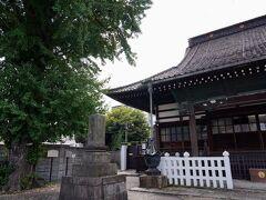 公園のすぐ先、右手の路地の先に、法善寺と言う寺院があった。境内には、鎌倉時代の板碑などが保存されていた。本殿脇に立つ大銀杏は、樹齢約400年だそうだ。本殿の側面には煉瓦が使われているそうだが、見落としてしまった。
