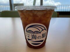 コレ、アイスコーヒーを買いました。 昔の私ならマジでクレーム入れてるところでしたが我慢しました。 全くコーヒーの味がしません。 薄い麦茶くらいの味しかしません。 ココの従業員はコーヒーを知らないんですかね、それとも経営者から黙ってても観光客は来るんだから死ぬほど単価を低くするように言われているんですかね、悪意すら感じるほどおいしくなかったです。 後に来る方にお伝えしておきます。 アイスコーヒーだけは買わないようにしてください。 本当においしくないです。