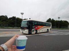 ★9:00 その後宇都宮の北にある「上河内SA」であだたら号唯一の休憩に入ります。 コーヒーを調達してトイレに行き、ほっと一息っと。