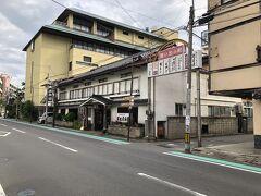 今晩宿泊する『有田屋旅館』さんに到着しました。  戸倉上山田温泉のホテル・旅館の中でも老舗のお宿ですが、全室7室のこじんまりとした街中の家族経営の旅館です。  じゃらんで予約したプランは『【ひとり旅】たまには贅沢ひとり旅♪もちろんお食事はお部屋食で!温泉24時間入浴OK◆1泊2食付』15,550円(入湯税別)で、さらにポイントを使って割引しました。