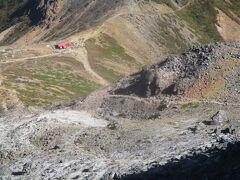 茶臼岳~朝日岳の登山道は、峠の茶屋跡避難小屋(赤い屋根)まで一旦下ります。