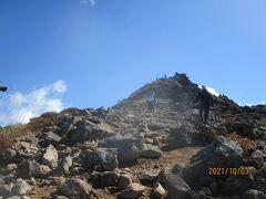 朝日ノ肩から見上げる朝日岳。ここからは頂上まで5分位です。