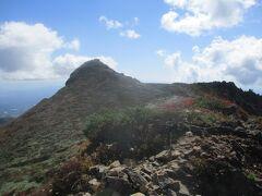 朝日岳を朝日ノ肩まで下り、三本槍岳方向に進み、しばらくしてから振り返ると、朝日岳の山容が眺めることが出来ます。随分と尖がっています。