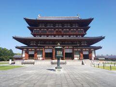 薬師寺。天武天皇がのちの持統天皇の病気が治るよう祈って建てたお寺です。広さにびっくり。 この写真は金堂。朱が青空に映えてキレイでした。