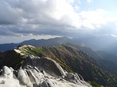 山頂から槍ヶ岳方面。雲がかかり、雷鳴も聞こえました。