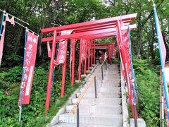 「草津穴守稲荷神社」 朱色の鳥居が十数本並んでいます。 明治40年頃、草津の湯治で病気が治った東京の染物店のご主人が、羽田の穴守稲荷をここに分霊してもらったらしいです。