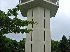 遠見の石積みは国史跡に指定され、写真の展望台が整備されています。