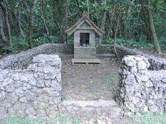 その昔夫(役人)を見送った村の若い女性が、この拝所で航海安全を祈願したと言われています。