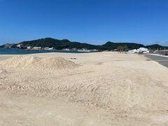 片男波海水浴場。夏は大勢の海水浴客でにぎわいます
