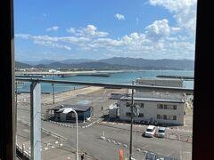 目の前は和歌浦漁港です。休みの日は漁連主催のおっとっと広場が開催されます。