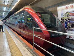 近鉄特急ひのとり 大和八木で乗り換えて奈良まで行きます。乗車券は名古屋から奈良まで2500円ですが、金券ショップで1600円でした(^^♪ なので往復1800円のお得! 特急券は大和八木までレギュラーシートで1840円プレミアムシートで2440円 乗車券お値打ちだったし、両方乗りたいので行きをプレミアムシートにしました。