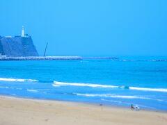 いわき市街でシゴトを終えて、海沿いに出 るまではものの30分もかからない!(嬉!) 観光ガイドでは毎回見ていた「塩屋埼灯台」 に念願の到着!  いい浜ですなあ!ご婦人がビーチチェアで お話しています。