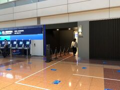 おはようございます。 出発日、朝です。   NH013 東京(羽田) - 大阪(伊丹) 07:00発08:05着 に乗ります。  朝一のフライトを予約しましたが、予約後にもう1本速いフライトが増便されたようで6時代の988だったかな?がありました。