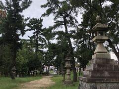 車で移動。 豊石神社にやってきました。 大きな松の木がたくさんです。