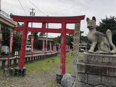 車で移動して堀田稲荷神社へ。 狐と赤い鳥居。