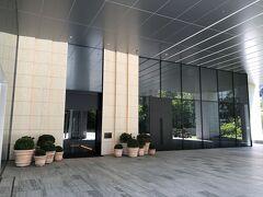 東京・神谷町『The Tokyo Edition, Toranomon』1F  『東京エディション虎ノ門』のエントランスの写真。  プランターとプランターの間が入り口です。 相変わらずドアマンの方は常駐していません。  右手にはシグニチャーカクテルバー【Gold Bar at EDITION (ゴールド バー アット エディション)】がありますが、 まだ開業日は未定だそうです。