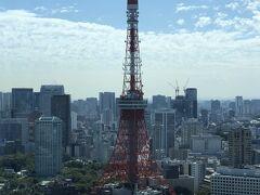 東京・神谷町『The Tokyo EDITION, Toranomon』31F  『東京エディション虎ノ門』の【Lobby Bar】の 窓際のコーナーにあるソファ席(5)からの眺望の写真。  東京タワーがよく見えます。