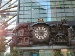 帰りは、1階から出てみます。陸橋を渡ると日テレがあります。宮崎駿デザインの日テレ大時計 も~ハウルっぽい世界観だわ。
