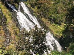 オシンコシンの滝は道沿いすぐに見れます。水量たっぷり。