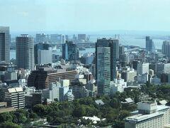 東京・神谷町『東京エディション虎ノ門』からの眺めの写真。  お台場方面。フジテレビ本社ビルも見えます。 東京湾に架かるレインボーブリッジ。