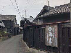 天然醸造みそ、たまり販売の南蔵へ。 通りが黒い壁で雰囲気あります。 味噌の香りがふんわりと香ってきます。