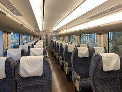 列車は、ビジネスマンと温泉行?かなという人が多かった印象。 金曜日ですからね。 自由席はビジネスマンが多かったです。  サンダーバード、2012年ごろの怖い事件の話を見たので、女性専用席の予約をしていたのですが、さすがに日中は大丈夫そう。  実はこの日、私は乗り逃したのでいっぱいいっぱい。 大阪駅でホームにつくまで気づいていなかったのですが、台風16号の影響が湖西線に出ていました。