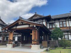 1909年創業 とてもどっしりと構えている感じがいいです。 改装など経て昭和58年4月1日(株)奈良ホテルとしてオープン その前日最初に訪れたのはなんとオードリーヘップバーンだそうです。 びっくりですね。