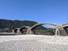 今回の目的地に到着。 日本三名橋のひとつの錦帯橋、五連の木造橋はとっても美しい橋です。