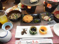 昼食は篠山の「ささやま玉水」で。着いたらすぐ食べれるように準備してあるのも団体旅行のいいところ。  飲み物と果物は飲み放題・食べ放題~。