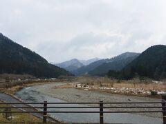 村の前には由良川が流れています。  水は澄んでとてもきれいでした。