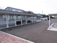 蕪島海浜公園の中心が「かぶーにゃ」で蕪島の物産販売所です、  がコロナウイルス感染拡大防止の影響で休業中でした、残念です。  広い駐車場や綺麗なトイレなどの設備が在ります。