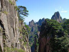 「始信峰」周辺はゴリゴリの岩山である。水墨画の世界と言われるが、天気が良過ぎて想像するしかない。