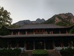 登山口の入口がある「慈光閣」。 残念ながら建物をゆっくり見ている時間はない。