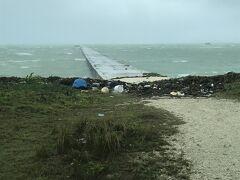 そして、次は爆風の伊古桟橋。 かなり波も上がっていたようで、海洋ごみやキレた海藻がたくさん打ちあがっていました。  ※島パトの注意 車の扉は、風で勝手に閉まります。 指を挟まないように要注意!