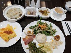 【3日目最終日】 蘇州世豪国際大酒店  8:20今朝もホテルのレストランでの朝食。。 昨日とほとんど同じ中華中心の品揃え。麺はやめて小ワンタンとお粥に。目玉焼きに変えてオムレツを頼んだつもりが、薄焼き卵の巻物みたいのが出てきました。
