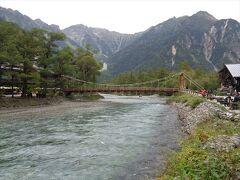 河童橋までやってきました.上高地で一番の観光スポット.