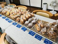 第2、第4火曜日(だった気がする)だけオープンする、民宿黒島のパン屋さん。 台風でお時間が合ったようで、急遽営業されるとのことで、さっそく行ってみました。
