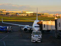 10月2日(Sat) 羽田空港ターミナル1  おはようございます。 いやぁ早い早い(-。-)y-゜゜゜4:45ぐらいに家を出たなり。遠くに薄っすらと富士山が見える~  京急で羽田空港到着して、受託荷物もなくそのままチェックイン。本日のオペレーションはスカイマーク。 キャンセルを繰り返してようやく飛び立つことが出来ます。何度も無償キャンセルに応じてくれてありがとうございます。なかなか電話が通じないのは玉に瑕ですが、航空会社もホントに大変だと思います。