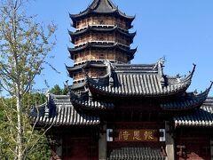 北塔報恩寺 食後はお腹いっぱいなので、散歩がてら歩いて北塔報恩寺を目指します。 (こんな青空は中国ではめったに見れません)