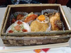新庄駅に隣接の物産館で、上京物語という弁当1000円也を買って車内で昼食。 竹皮を編んだレトロな器がいやがうえにも期待を高めるが、中身は新庄産のつや姫おにぎり3種と、地元食材をふんだんに使ったなかなかに優れモノで、期待を裏切らない。 この店一番人気と言うのもうなずける。